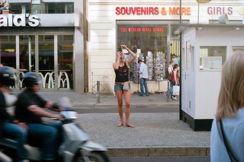 Berlin Tourist fotografiert Fotos am Checkpoint Charlie
