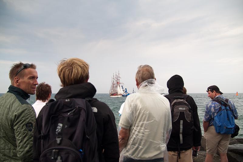 Hanse Sail Rostock Warnemünde Besucher auf der Westmole mit Segelschiff auf der Ostsee