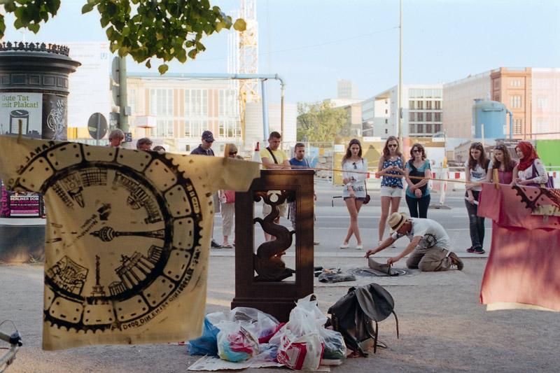 Berlin Touristen beobachten Künstler am Lustgarten
