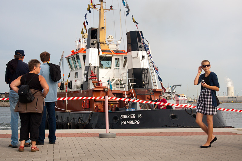 Hanse Sail Rostock Warnemünde Touristen vor dem Schlepper Bugsier 16 aus Hamburg