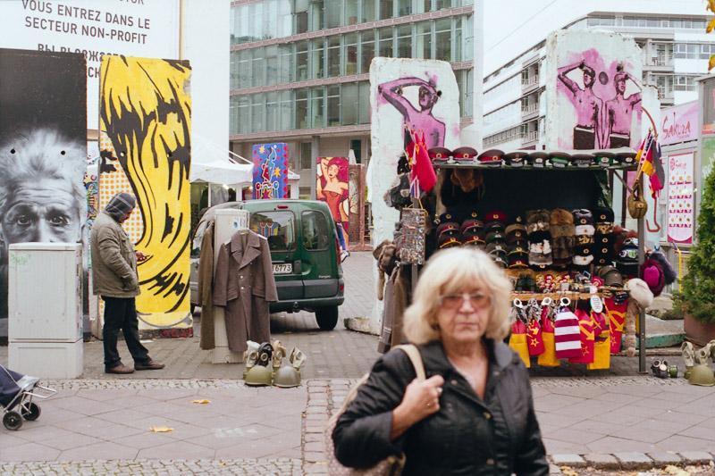 Berlin Straßenverkäufer und Mauerreste am Checkpoint Charlie