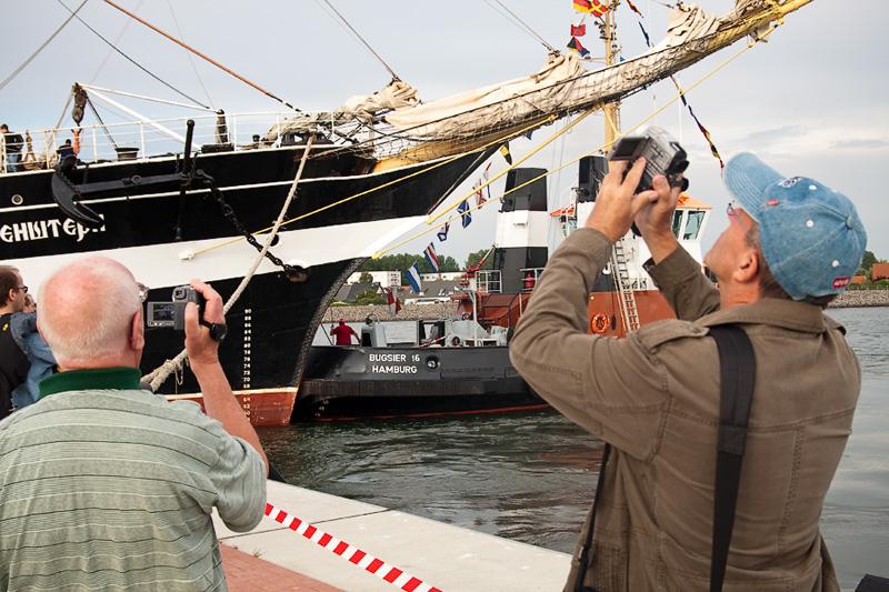 Hanse Sail Rostock Warnemünde Besucher filmen das Segelschulschiff Krusenstern aus Russland