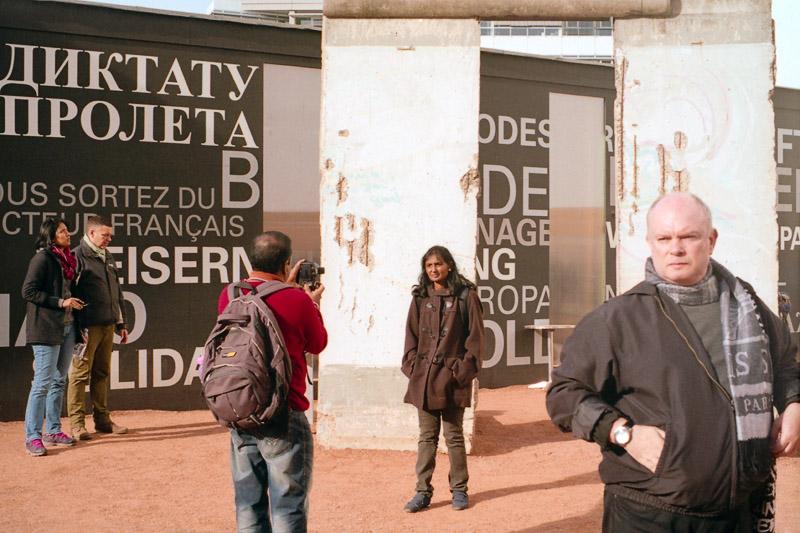 Berlin Mauerreste und Touristen vor der Black Box am Checkpoint Charlie