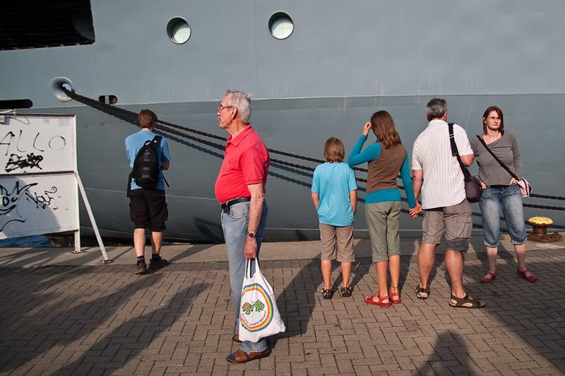 Hanse Sail Rostock Warnemünde Besucher vor einem Schiff der Deutschen Marine am Passagierkai