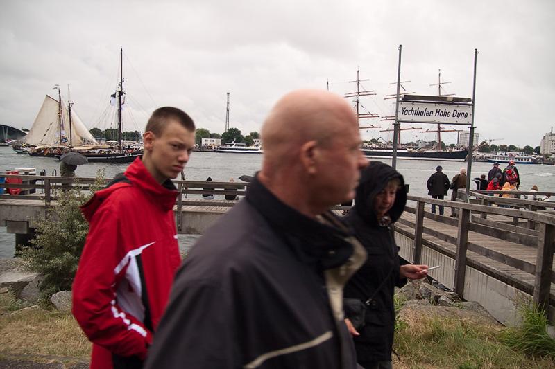 Hanse Sail Rostock Warnemünde Touristen am Yachthafen Hohe Düne