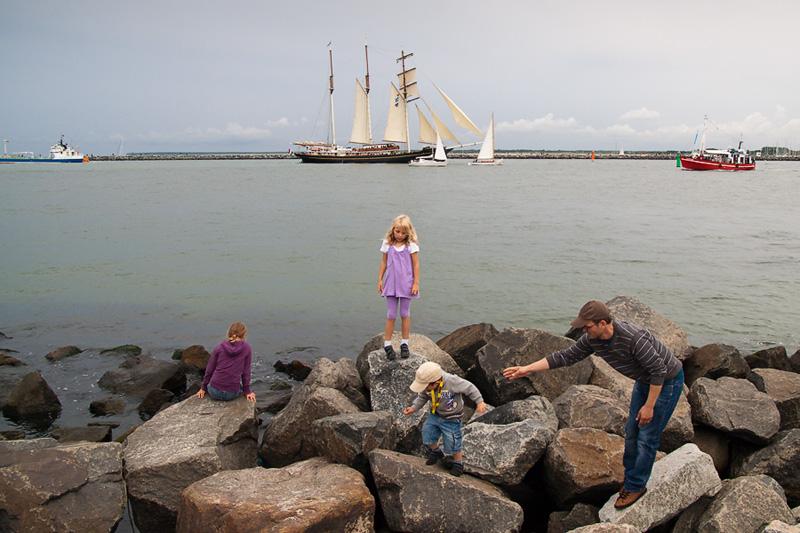 Hanse Sail Rostock Warnemünde Kinder spielen auf der Westmole im Hintergrund Segelschiffe