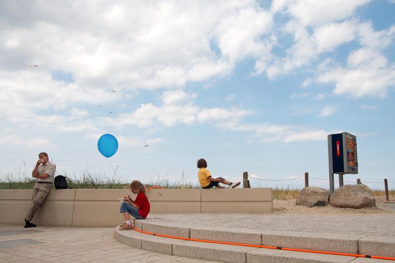 Rostock Warnemünde Besucher und Kinder mit Luftballon auf der Promenade