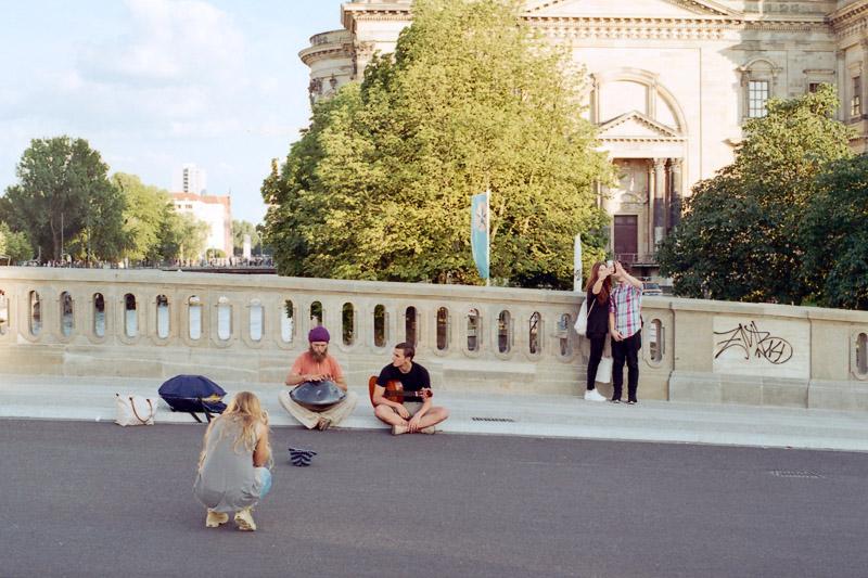 Berlin Straßenmusiker auf der Spreebrücke zur Museumsinsel vor dem Berliner Dom