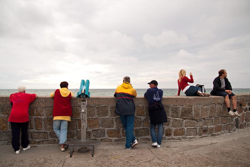 Hanse Sail Rostock Warnemünde Besucher sitzen und fotografieren auf der Westmole