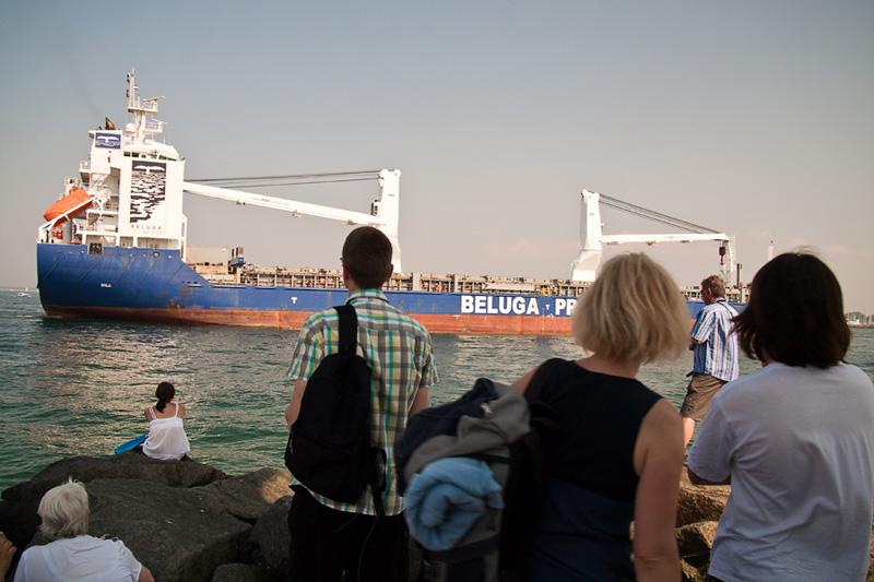 Rostock Warnemünde Besucher und das Frachtschiff Beluga Projects