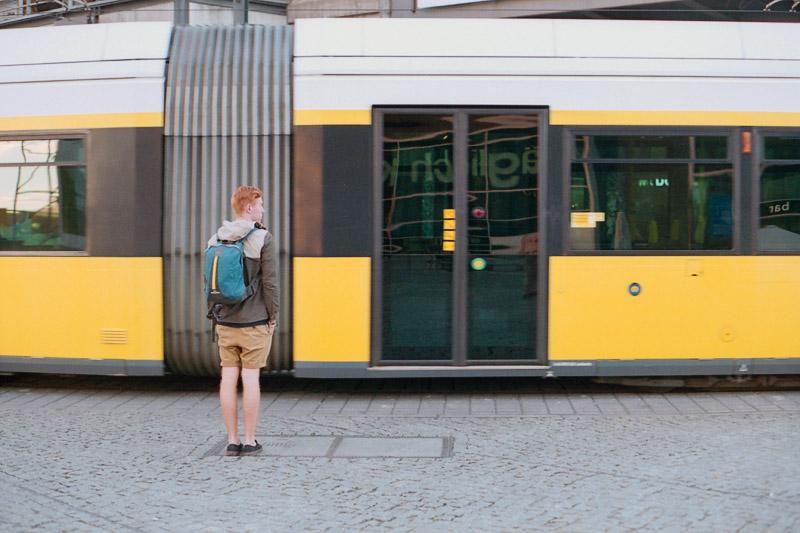 Berlin Tourist steht vor Straßenbahn auf dem Alexanderplatz