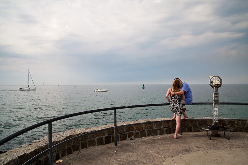 Ostseebad Warnemünde küssendes Paar auf der Westmole