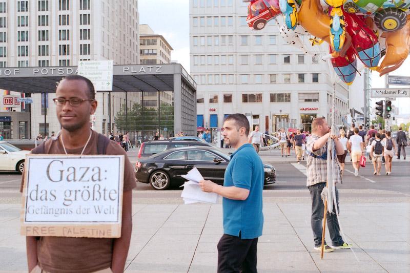Berlin Demonstration für ein freies Palästina und Straßenverkäufer mit Luftballons auf dem Potsdamer Platz