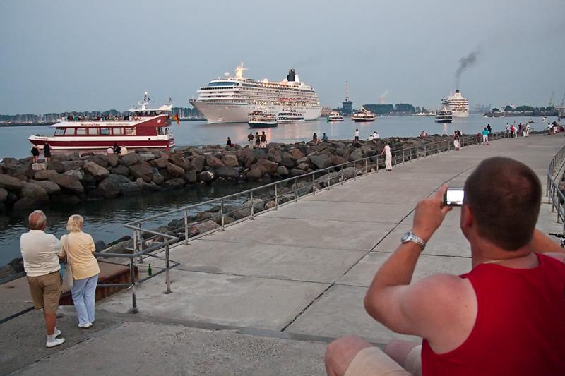 Warnemünde Mole Verabschiedung der Kreuzfahrtschiffe durch Touristen und Einwohner