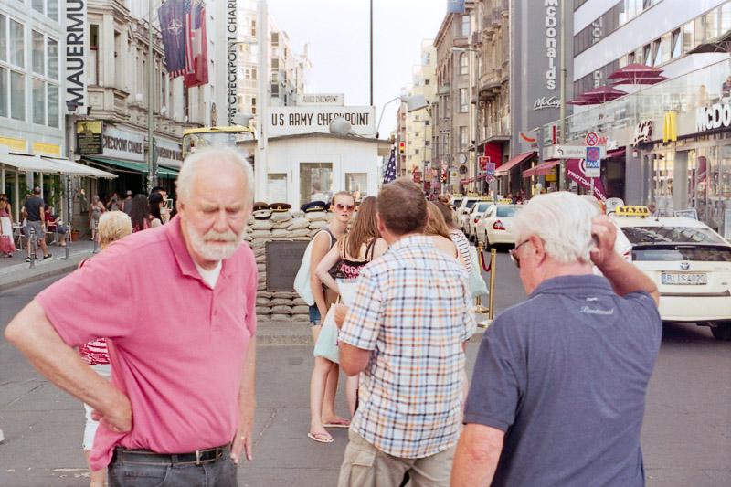 Berlin Besucher am Checkpoint Charlie