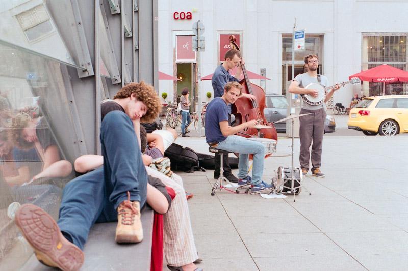 Berlin Straßenmusiker und eingeschlafene Touristen am Potsdamer Platz
