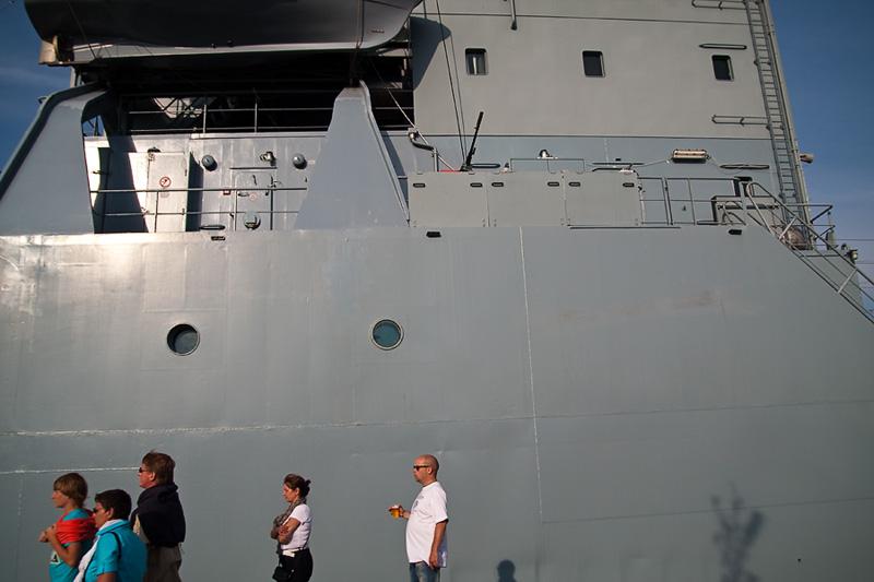 Hanse Sail Rostock Warnemünde Besucher und Mann mit Bier vor einem Schiff der Deutschen Marine