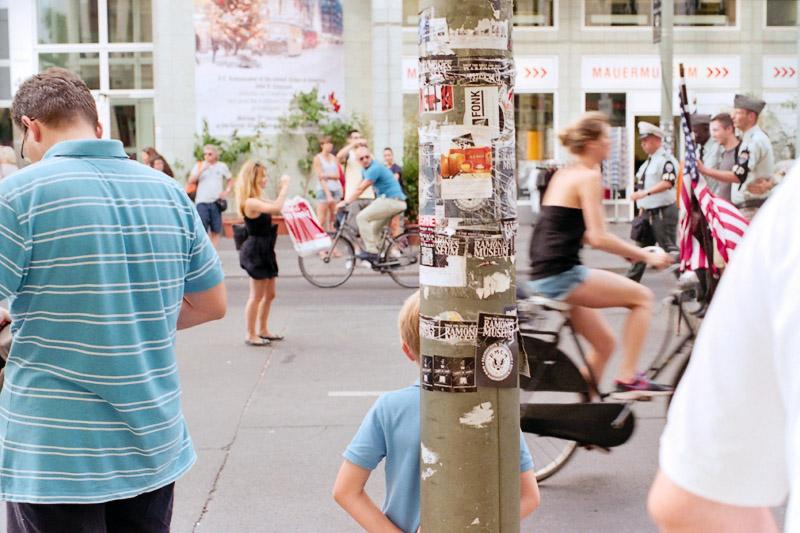 Berlin Touristen mit amerikanischer Flagge und Kind am Checkpoint Charlie