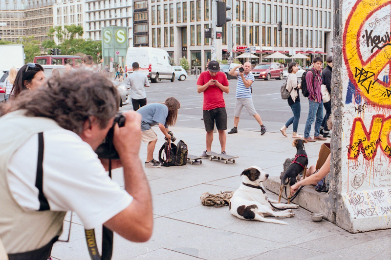 Berlin Touristen fotografieren Fotos von Punks vor Mauerrest am Potsdamer Platz