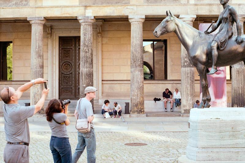 Berlin Besucher fotografieren Fotos auf der Museumsinsel