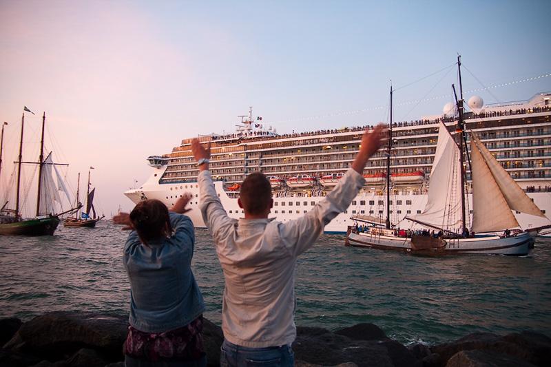 Hanse Sail Rostock Warnemünde Besucher auf der Mole verabschieden die Fähre und winken den Segelschiffen