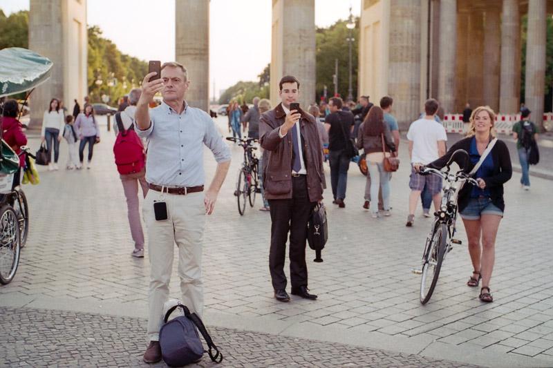 Berlin Touristen fotografieren Selfies vor dem Brandenburger Tor