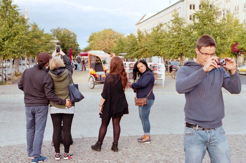 Berlin Touristen fotografieren Foto mit Digitalkamera und Selfie mit Smartphone vor dem Brandenburger Tor