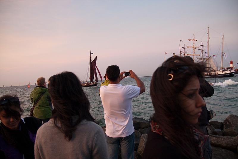 Hanse Sail Rostock Warnemünde Besucher und Segelschiffe an der Mole am Abend