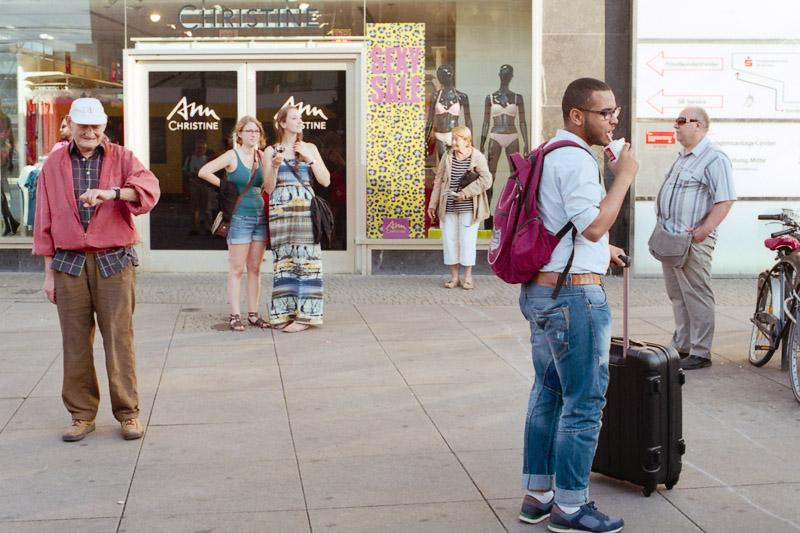 Berlin Touristen und Reisende wartend auf dem Alexanderplatz